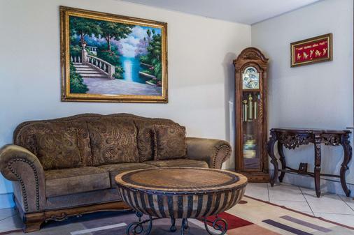 Days Inn by Wyndham Houma LA - Houma - Living room