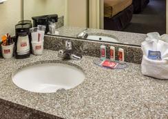 Econo Lodge - Palm Coast - Bathroom