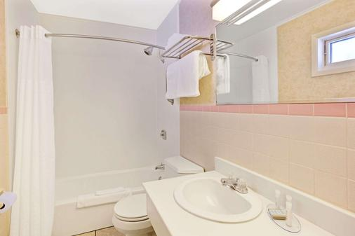 Travelodge by Wyndham Rapid City - Rapid City - Bathroom