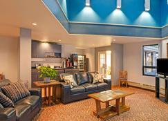 Travelodge by Wyndham Rapid City - Rapid City - Living room