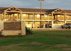 Eagle's Den Suites at Cotulla - Cotulla - Building