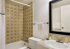 Travelodge by Wyndham, Swift Current - Swift Current - Bathroom