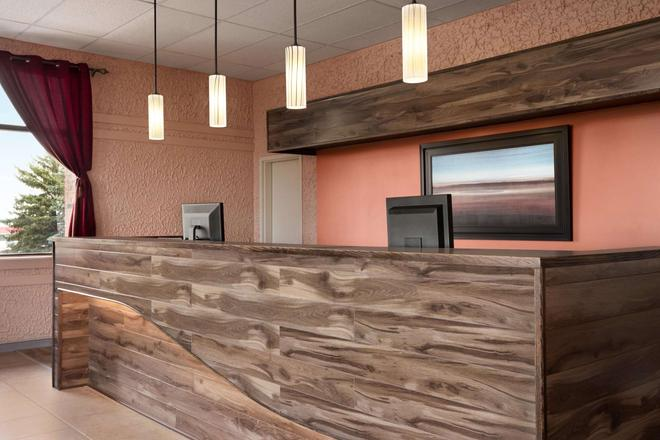 Travelodge by Wyndham, Swift Current - Swift Current - Front desk