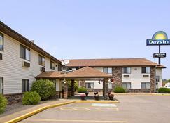 Days Inn & Suites by Wyndham Davenport East - Davenport - Rakennus