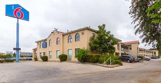 Motel 6 San Antonio - Fiesta Trails - San Antonio - Building