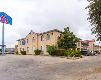 Motel 6 San Antonio - Fiesta Trails - San Antonio - Building