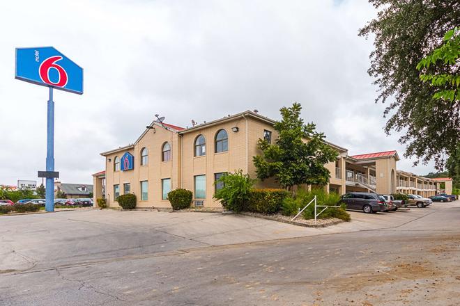 Motel 6 San Antonio - Fiesta Trails - San Antonio - Rakennus