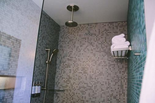 Modern Hotel and Apartments - Boise - Bathroom