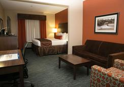 Best Western Plus Longhorn Inn & Suites - Luling - Bedroom