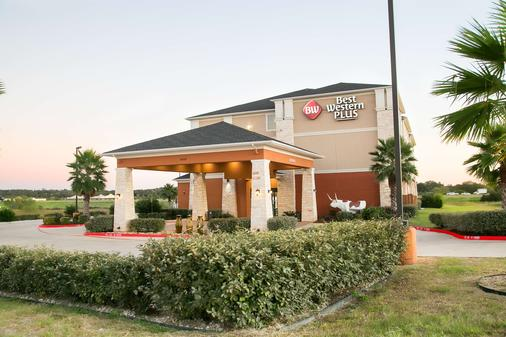 Best Western Plus Longhorn Inn & Suites - Luling - Building