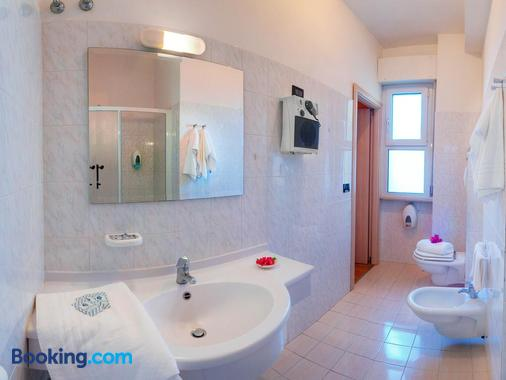 Hotel Mondial - Porto Recanati - Bathroom