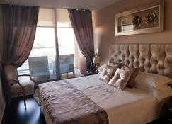 Front line Marina, with with bars, restaurants, casinos all walking distance - Gibraltar - Bedroom
