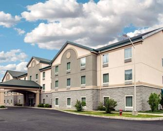 Quality Inn and Suites Fishkill South near I-84 - Fishkill - Building