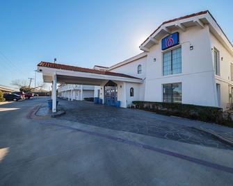 Motel 6 Grand Prairie Interstate 30 - Grand Prairie - Gebouw