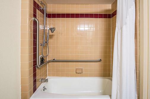 Quality Inn and Suites - Алтуна - Ванная