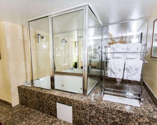 Quality Inn Oceanfront - Ormond Beach - Bathroom