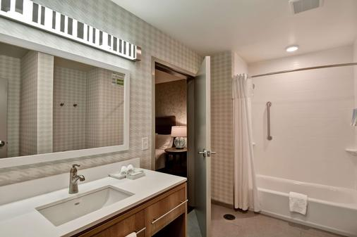 Home2 Suites by Hilton Tampa USF Near Busch Gardens - Tampa - Phòng tắm