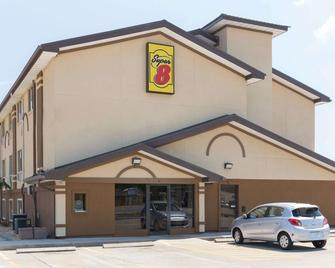 Super 8 by Wyndham Brunswick/St Simons Island Area - Brunswick - Building