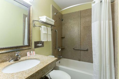 Super 8 by Wyndham Brunswick/St Simons Island Area - Brunswick - Phòng tắm