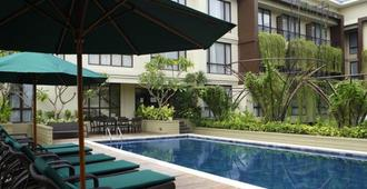 Swiss-Belhotel Rainforest - Kuta - Pool
