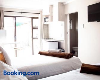 Kelzane Self-Catering - Gonubie - Bedroom