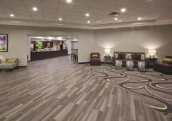La Quinta Inn & Suites by Wyndham Minneapolis Bloomington West - Bloomington - Lobby