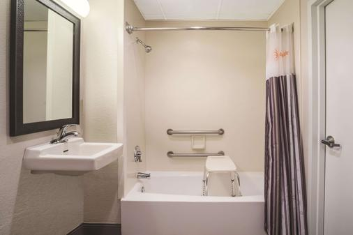 La Quinta Inn & Suites by Wyndham Minneapolis Bloomington West - Bloomington - Bathroom