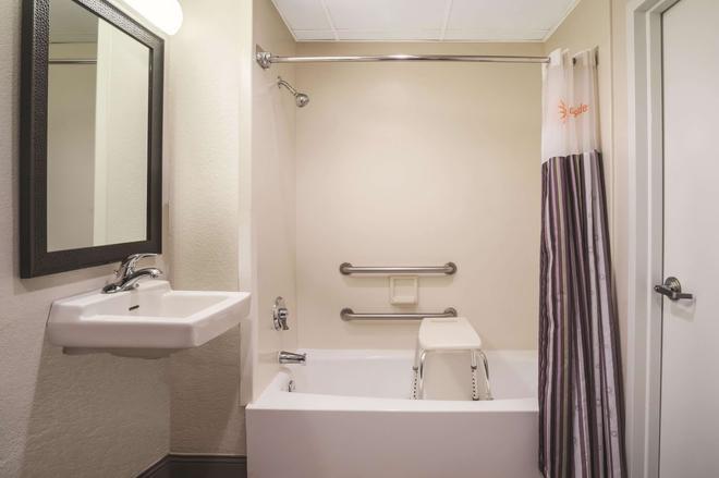 La Quinta Inn & Suites by Wyndham Minneapolis Bloomington West - Bloomington - Bathroom