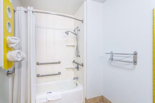 Motel 6 Troy - Troy - Bathroom