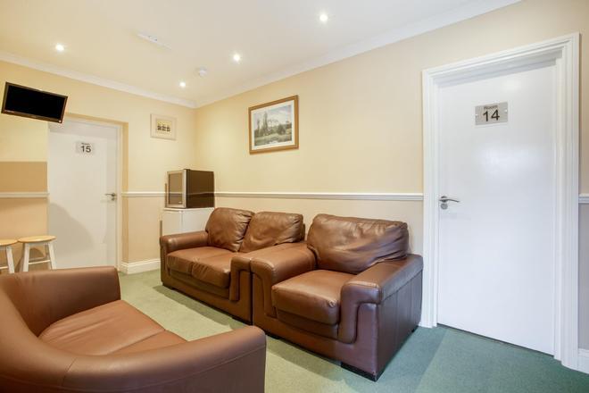 OYO Flexistay Ambers Gatwick Aparthotel - Horley - Sala de estar