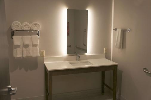 La Quinta Inn & Suites by Wyndham Tuscaloosa McFarland - Tuscaloosa - Bathroom