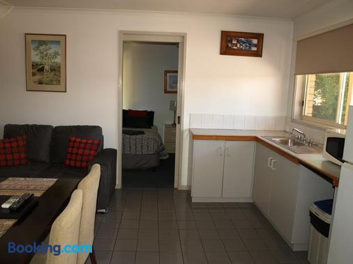 Old Coach Motor Inn - Echuca - Kitchen