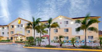 Super 8 by Wyndham Clearwater/St. Petersburg Airport - Clearwater - Building