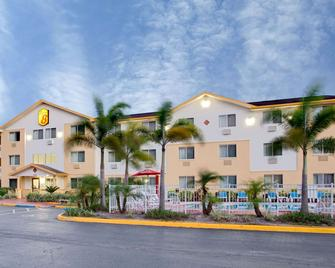 Super 8 by Wyndham Clearwater/St. Petersburg Airport - Clearwater - Κτίριο