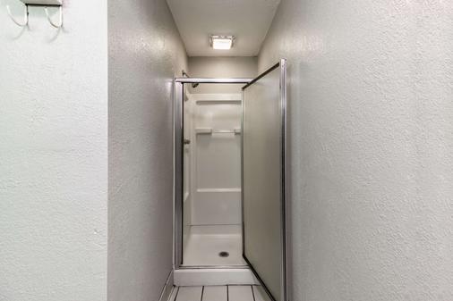 Quality Inn - Goodlettsville - Bathroom