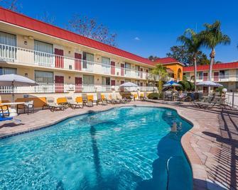 Days Inn & Suites by Wyndham Port Richey - Port Richey - Pool