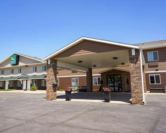 Quality Inn & Suites Watertown - Watertown - Gebäude
