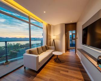 Holiday Inn Express Yichang Riverside - Yichang - Wohnzimmer