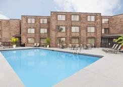 Days Inn by Wyndham Fallsview - Niagara Falls - Pool