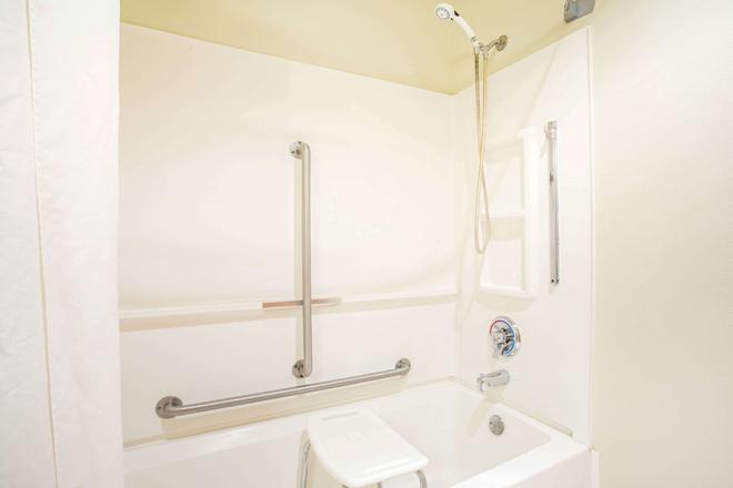 Super 8 by Wyndham Prairie Du Chien - Prairie du Chien - Bathroom