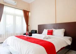 RedDoorz Plus near Stadion Wijaya Kusuma - קילאקאפ - חדר שינה