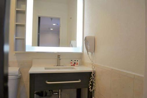 Super 8 by Wyndham San Francisco/Near the Marina - San Francisco - Bathroom