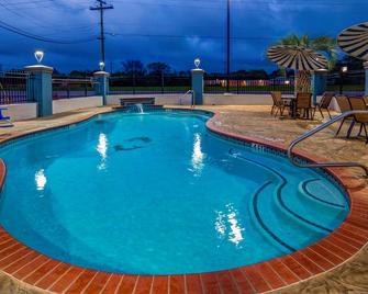SureStay Plus Hotel by Best Western Alvin - Alvin - Pool