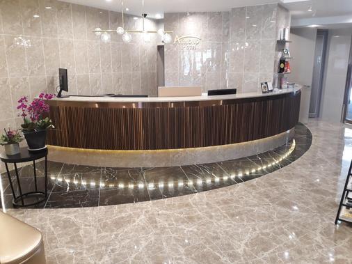 Hotel Almond Busan Station - Busan - Rezeption