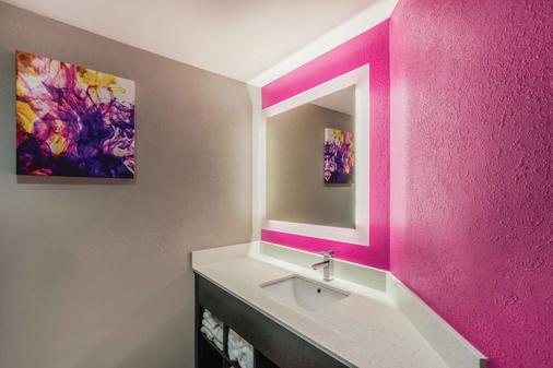 La Quinta Inn & Suites by Wyndham Chattanooga-Hamilton Place - Chattanooga - Bathroom