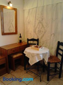 Karagiannaki - Skala Sikamineas - Dining room