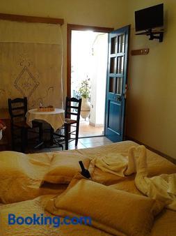 Karagiannaki - Skala Sikamineas - Bedroom