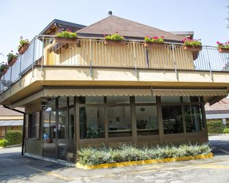 Hotel Motel Ovest - Bareggio - Building