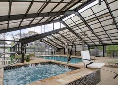 Holiday Inn Express Hotel & Suites Meridian, An IHG Hotel - Meridian - Piscina