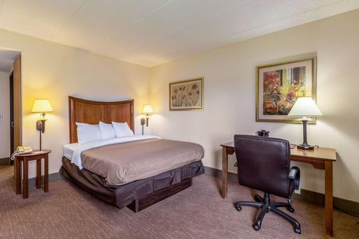 Clarion Inn and Suites Central I-44 - Tulsa - Phòng ngủ